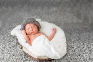 Marceau tapis gris couverture blanche bonnet gris points fermés séance photo bébé nouveau-né maternité grossesse par Cindy FERNANDEZ Photographe à Aubagne, Marseille, Aix-en-provence, Bouc-Bel-Air, Gémenos, Cabriès, Calas, Fuveau, Roquevaire, Peypin, Gardanne, Cadolive, Auriol, Saint-Savournin, Simiane-Collongue, La Bouilladisse, La Ciotat.