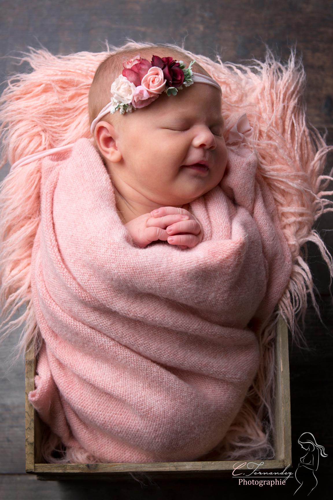 Photographe nouveau-né Aix-en-provence. Photographe bébé Aix-en-provence. Photographe newborn posing Aix-en-provence. Photographe studio Aix-en-provence. Valentina dans panie sourire
