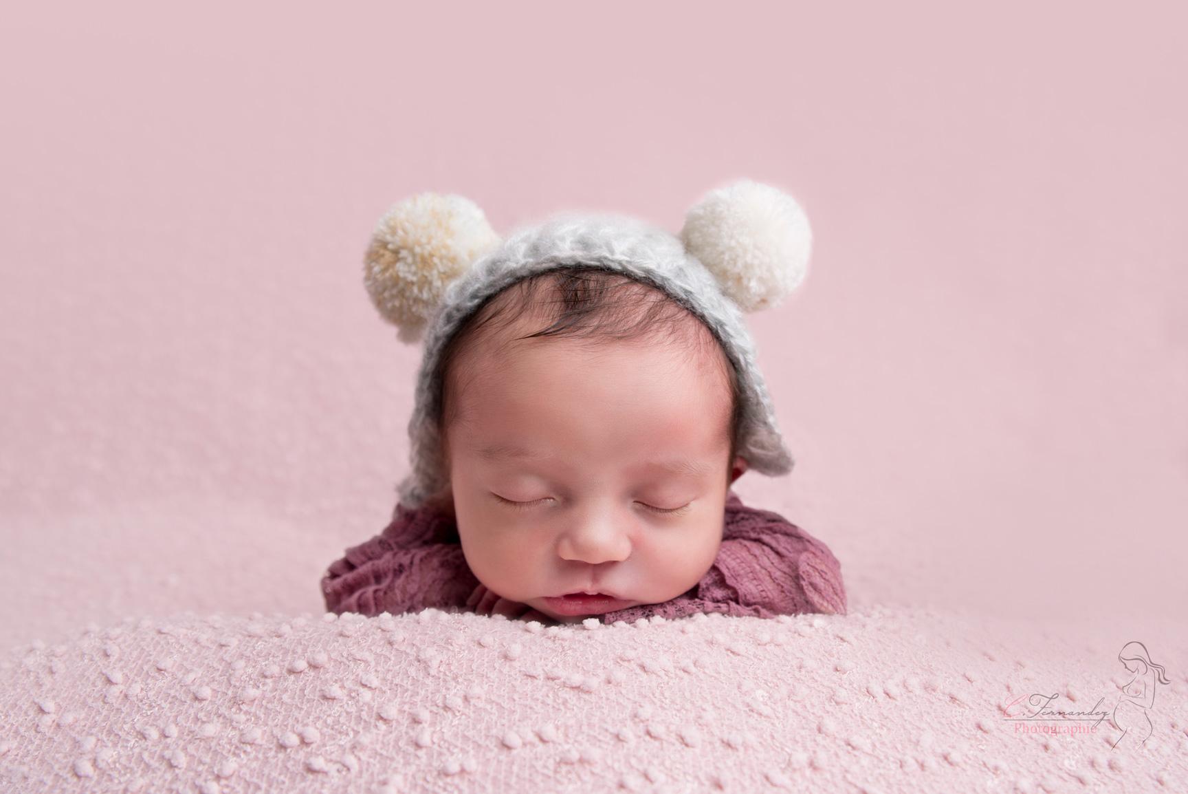 Séance photo nouveau-né entre Aix et Marseille avec la petite Louise avec bonnet souris
