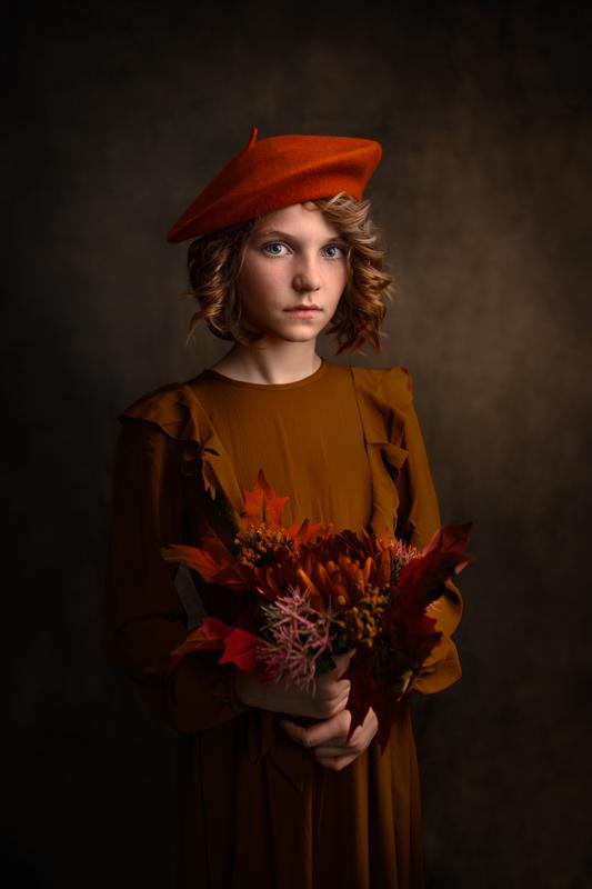 Jeune fille avec beret et fleurs automnales